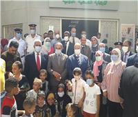 صور| رئيس جامعة الأزهر يتفقد القافلة الطبية بمدينة المحروسة