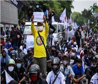 اندلاع اشتباكات وسط احتجاجات على قانون عمل جديد في إندونيسيا