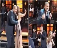 فيديو| عمرو دياب يتسبب في سقوط معجبة على المسرح