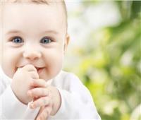 للأمهات الجدد.. التصرف الصحيح عند قيام طفلك بـ«مص أصابعه»