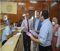 «رئيس جامعة سوهاج» يتابع اختبارات التعليم المدمج بكلية تجارة