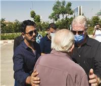 فيديو| وصول حسين فهمي وأشرف زكي مسجد الشرطة لتشيع جثمان محمود ياسين