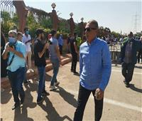 بالصور| وصول محمود حميدة إلى مسجد الشرطة لتشيع جثمان محمود ياسين