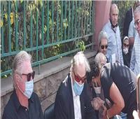 فيديو و صور| خالد النبوي يقبل يد رشوان توفيق في جنازة محمود ياسين