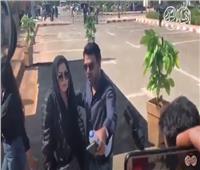 فيديو| نهال عنبر تصل مسجد الشرطة لتشيع جثمان محمود ياسين