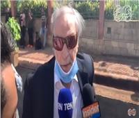 فيديو| وصول عزت العلايلي إلى جنازة محمود ياسين