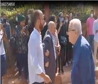 انهيار شقيق الفنان محمود ياسين في جنازته
