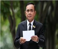 رئيس وزراء تايلاند يتعهد بالبقاء في منصبه والمتظاهرون يتحدون الحظر
