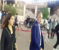 فيديو | أشرف زكي وروجينا في عزاء محمود ياسين بالشيخ زايد