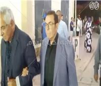 فيديو وصور| وصول لطيفة وسمير صبري إلى عزاء الراحل محمود ياسين