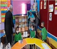 تعقيم نائب وزير التعليم قبل دخوله لمدرسة ابتدائية في الدقي