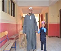 أولياء الأمور يصطحبون أطفالهم في أول يوم دراسة الأقصر