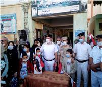 ضباط الجيش والشرطة يقدمون هدايا لأبناء الشهداء بالمدارس