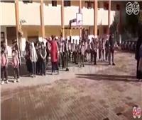 فيديو| رغم كورونا.. «تحيا مصر» تدوي في طابور الصباح بمدارس العريش