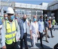 بالصور.. وزير النقل يتفقد مواقع مشروع القطار الكهربائي «LRT»