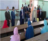 رئيس جامعة المنيا يتابع تطبيق نمط التعليم الهجين خلال محاضرته المباشرة