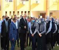 محافظ قنا يشارك الطلاب الطابور المدرسي