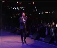 الجمهور يحتفل بعيد ميلاد عمرو دياب.. والأخير: «عدىخلاص من يومين»