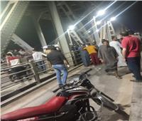 صور| مصرع طالب وإصابة آخر في حادث تصادم على كوبري نجع حمادي