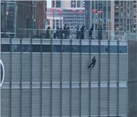 «يحمل سكينا ويهدد بالانتحار».. رجل يعلق نفسه أعلى برج ترامب