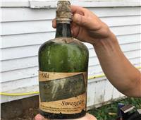 عمرها قرن.. زوجان يعثران على 60 زجاجة خمور في حائط سري