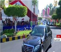 فيديو| لحظة استقبال أهالي طلاب الكليات العسكرية للرئيس السيسي