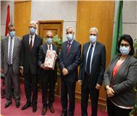 تكريم أمين جامعة المنوفية خلال اجتماع لجنة المختبرات والأجهزة العلمية