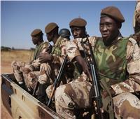 الجيش في مالي يسقط الطعام من الجو على قرية محاصرة