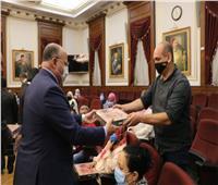 محافظ القاهرة يوزع علب حلوى المولد على موظفي الديوان