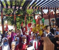 بعد افتتاحها.. وزير الرياضة يلتقط صورة تذكارية مع طلاب مدرسة بخواج بسوهاج