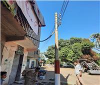محافظة قنا تزيل «عمود إنارة» سقط على منزل مواطن