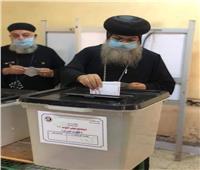 انتخابات النواب 2020| أسقف المنيا يدلي بصوته في لجنة ناصف الإسلامية