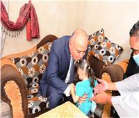 محافظ قنا يزور الطفلة زمزم بعد إجرائها عملية فى القلب ويوجه بصرف إعانة مالية