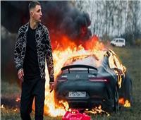 بالفيديو| مدون روسي يحرق سيارة مرسيدس بقيمة 170 ألف دولار
