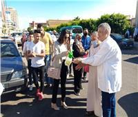 صور  تطهير أيادي الناخبين بـ«الكحول» في لجان الإسكندرية