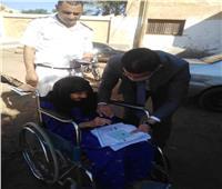 رئيس لجنة يساعد مسنة للإدلاء بصوتها الانتخابي في بني سويف