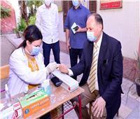 محافظ أسيوط يتفقد حملة 100 مليون صحة باللجان الانتخابية ويخضع للكشف