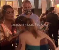 فيديو وصور | أول تعليق لـ«منة شلبي» على تقبيلها يد يسرا