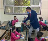 مدير إدارة تعليمية يوزع حلوى المولد على تلاميذ مدارس البساتين ودار السلام