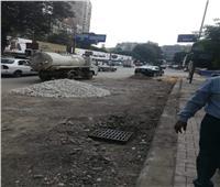 صور| تركيب بالوعات صرف أمطار ورفع كفاءة شوارع العجوزة
