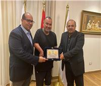 اللجنة الأولمبية تكرم خالد شلبي «أول مصري يعبر بحر المانش بذراع واحدة»