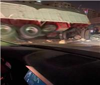 صور | تصادم مروع بين سيارتين نقل في «شق الثعبان» وإصابة 4 أشخاص