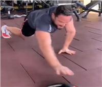 بالفيديو | تامر شلتوت يستعرض لياقته البدنية