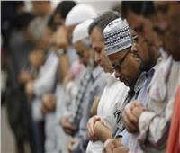 «الدين بيقول إيه؟» | هل يجوز أداء الصلاة الحاضرة مع الإمام قبل الفائتة؟