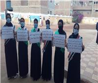 طالبات أبو أويش الحجر يقفن دقيقة حدادًا على روح المعلمة المتوفاة بالدقهلية