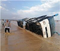 فيديو وصور| السيول تقطع طريق «الغردقة - رأس غارب».. وإنقاذ ركاب أتوبيسين