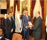محافظ القاهرة يكرم وفد ممثلي البرنامج الرئاسي لتأهيل التنفيذيين للقيادة