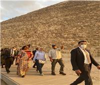 حرم رئيس الكونغو تحرص على التقاط الصور التذكارية أمام «الأهرامات»
