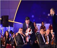 «بوكيه ورد» هدية من جمهور «الموسيقى العربية» لهاني شاكر.. وهذا رد فعله