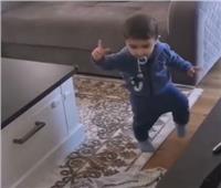 بالفيديو  حفيد عاصي الحلانييرقص «الدبكة»